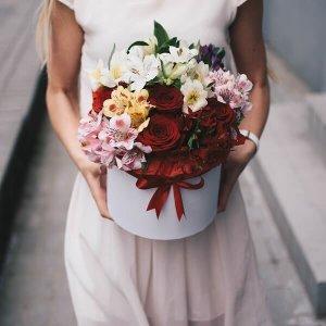 Raudonos rožės ir alstromerijos gėlės dėžutėse