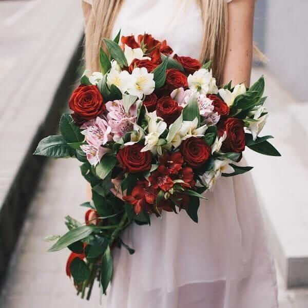 Rauodonos rožės ir alstromerijos gėlių puokštės