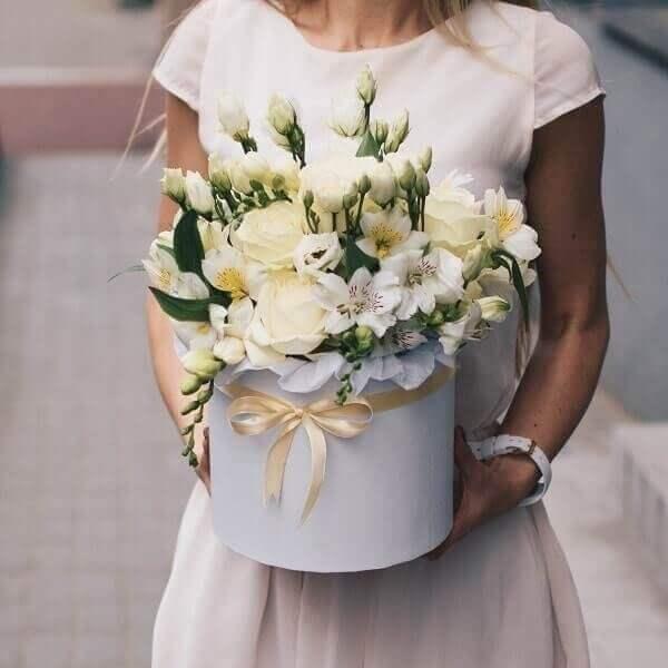 Baltų žiedų gėlės dėžutėse