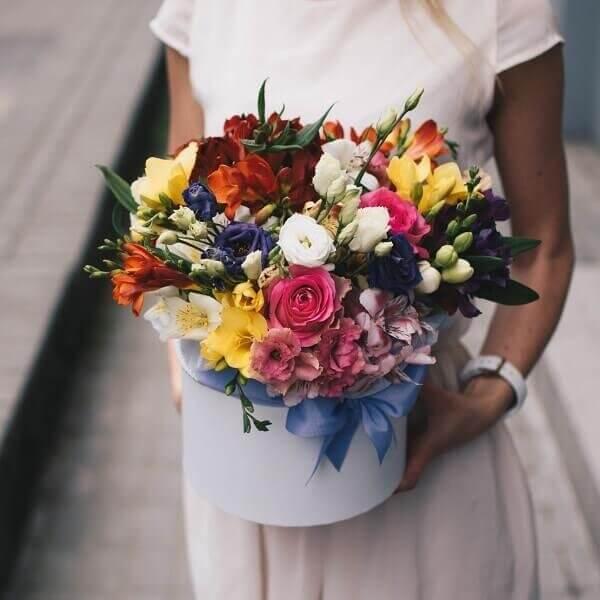 Įvairių spalvų gėlės gėlių dėžutėje