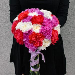 Gėlių puokštės įvairiaspalviai gvazdikai