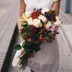 Baltos rožės ir alstromerijos gėlių puokštė