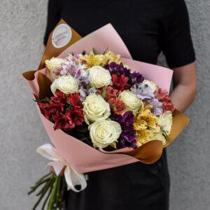 Baltų rožių ir įvairiaspalvių altromerijų puokštė gimtadienio gėlės