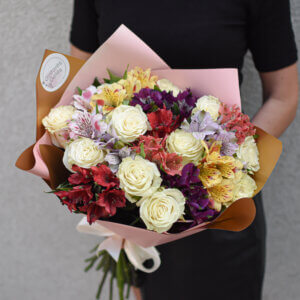 Įvairių spalvų alstromerijos ir baltos rožės puokštėje gimtadienio gėlės