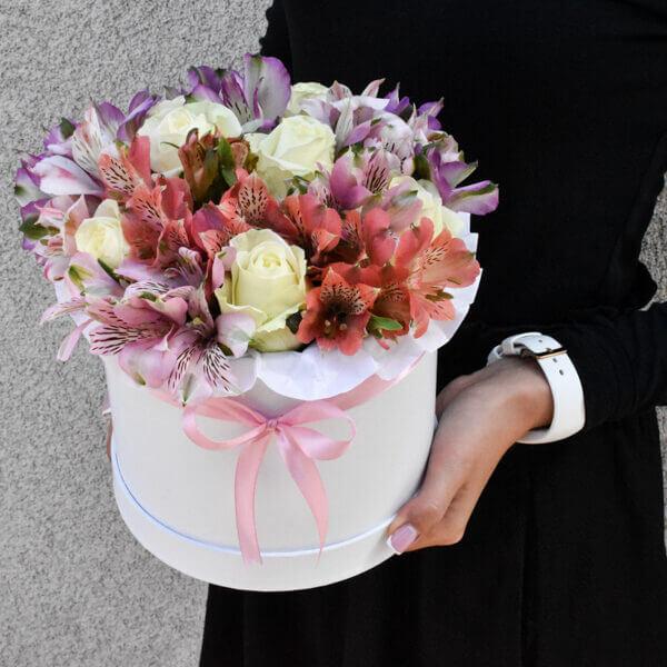 Baltų rožių ir alstromerijų dėžutė