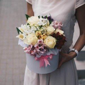 Baltos rožės ir alstromerijos gėlės dėžutėse