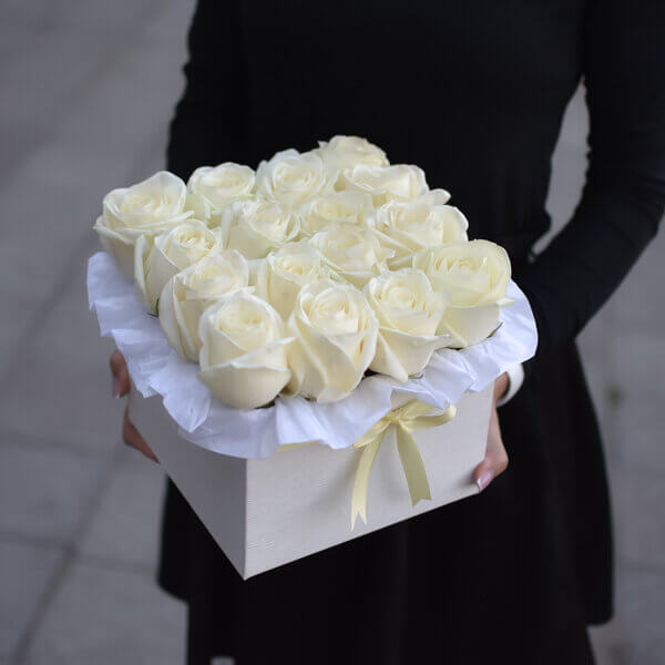 Elegantiškų baltų rožių kvadratinė dėžutė