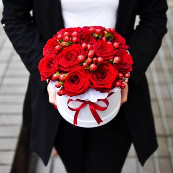 Gėlės dėžutėje raudonos rožės