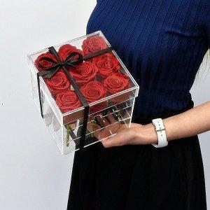 Raudonos stabilizuotos gėlės akrilinėje dėžutėje