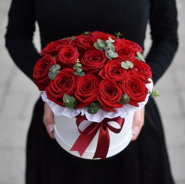 Красные розы с цветами эвкалипта в коробке