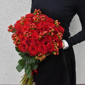 Raudonų rožių ir uogyčių puokštė