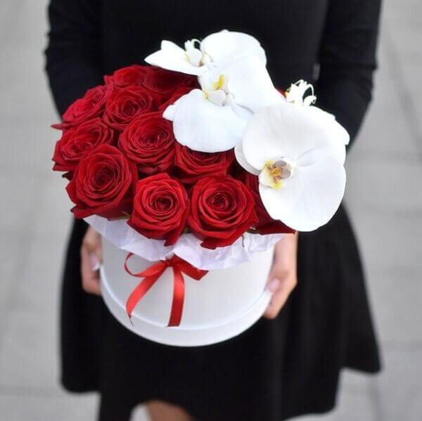Красные розы и орхидеи в коробке