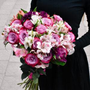 Spalvingų alstromerijų ir rožinių rožių puokštė
