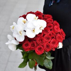 Букет из белых орхидей и красных роз