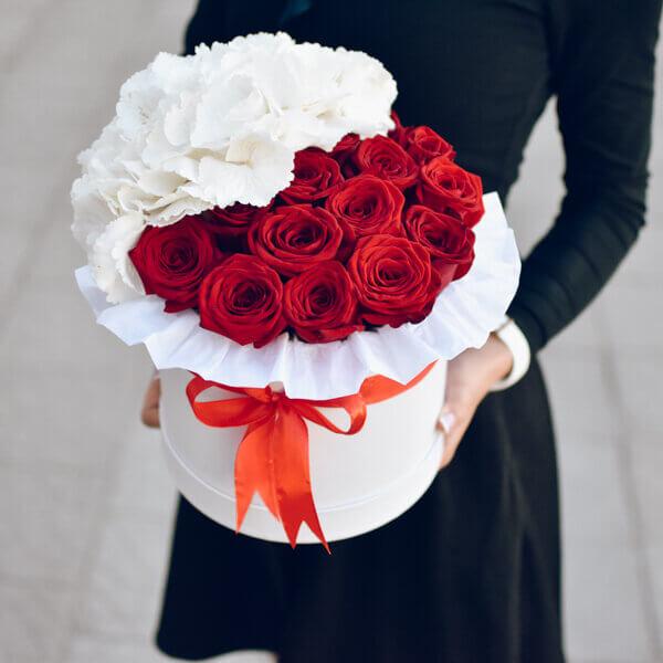 Raudonų rožių ir hortenzijų dėžutė
