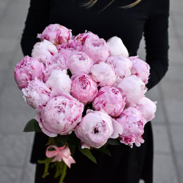 Vienos spalvos bijūnai gėlės puokštėse