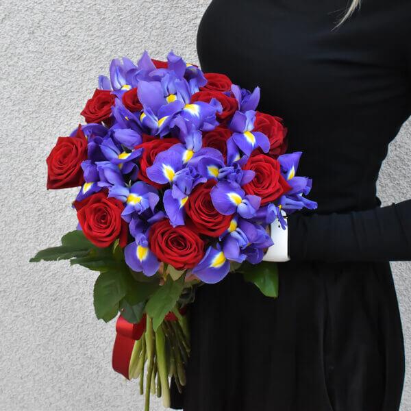 Raudonų rožių ir mėlynų irisų puokštė