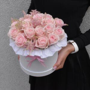 Rausvai rožinės rožės dėžutėje