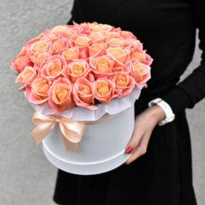 Gėlės merginai koralinių rožių dėžutė