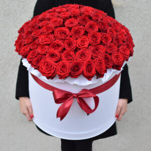 Išskirtinė raudonų rožių dėžutė Gėlės merginai
