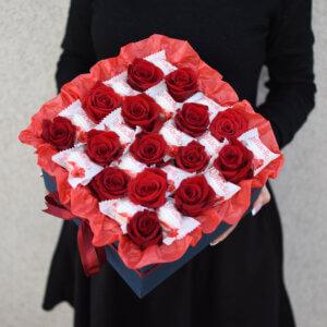 Raudonos rožės dėžutėje su Raffaello saldainiais