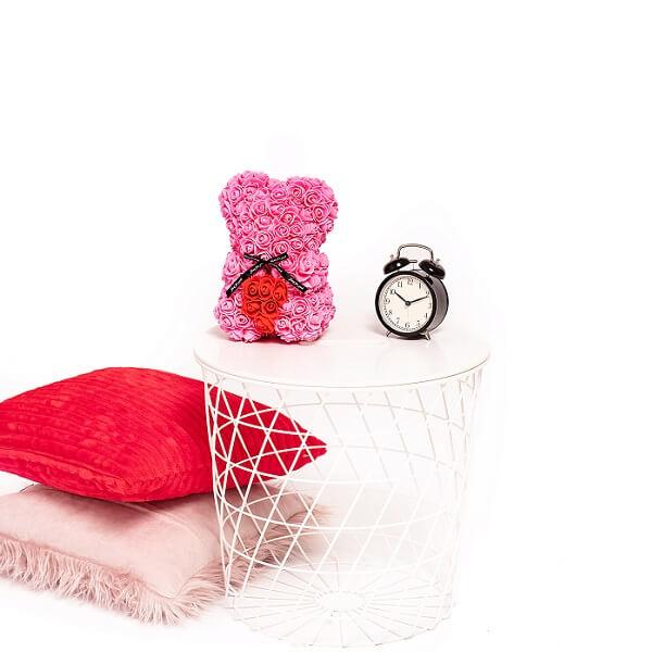 Mažas rožinis rožių meškiukas su širdele dėžutėje