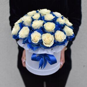 Išskirtinė baltų rožių dėžutė gėlės merginai