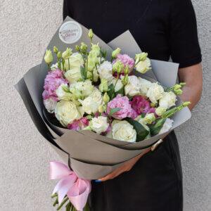 Baltų rožių ir spalvingų eustomų puokštė
