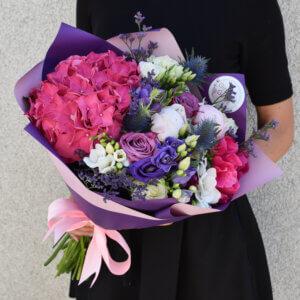 Hortenzija ir įvairios gėlės puokštėje