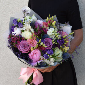 Spalvingos gėlės puokštėje gėlės merginai