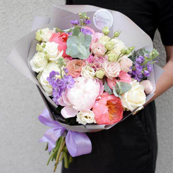 Šviesių pastelinių spalvų gėlių puokštė