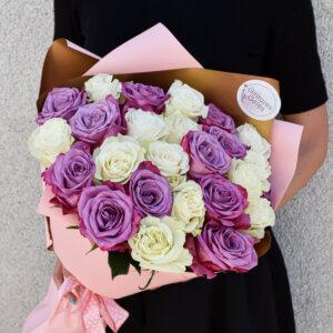 Baltos ir rožinės rožės puokštėje gimtadienio gėlės