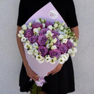 Rožinės rožės ir baltos eustomos puokštėje gimtadienio puokštės