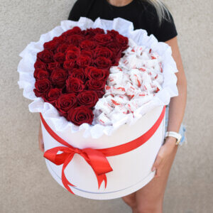 Raudonos rožės mega dėžutėje su saldainiais gėlės merginai